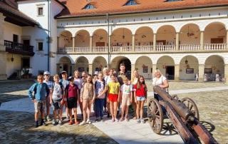 Grupa dzieci na dziedzińcu Zamku Królewskiego.