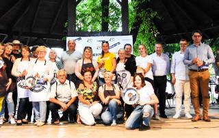 zdjęcie grupowe drużyn, które wzięły udział w konkursie grillowania podczas Grilla u Burmistrza