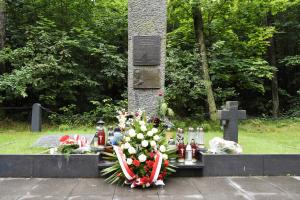 kwiaty złożone na pomniku na Kozich Górkach