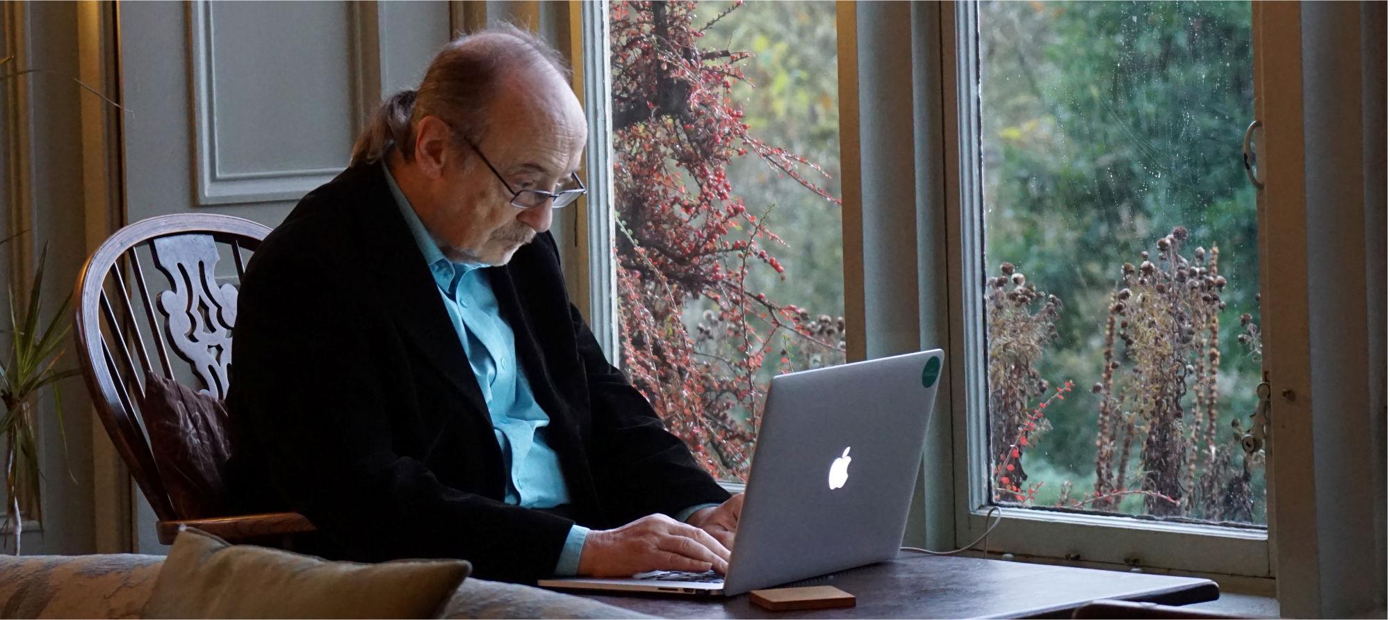 Senior przy komputerze