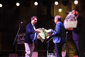 Pola Chwały 2021 - Burmistrz Roman Ptak wręcza prezent Robertowi Kowlskiemu