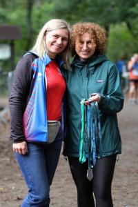 wolontariusze rozdający medale w czasie Biegu 4 Rest Run
