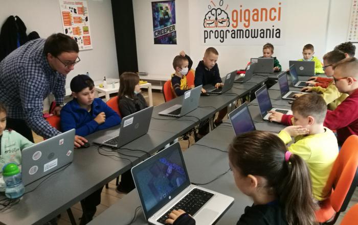 dzieci biorące udział w projekcie Koduj z gigantami