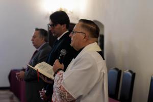 proboszcz Stanisław Mika odmawia modlitwę