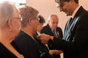 Burmistrz Roman Ptak wręcza odznaki parom małżeńskim za długoletnie pożycie małżeńskie