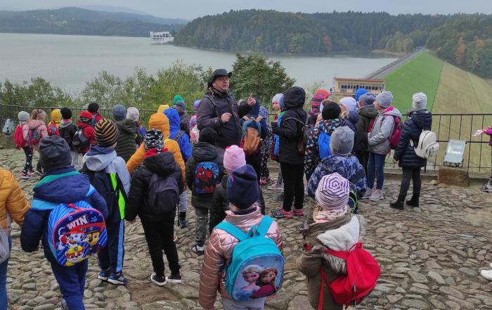Zdjęcie grupowe uczniów z Zagórza na wycieczce w Dobczycach